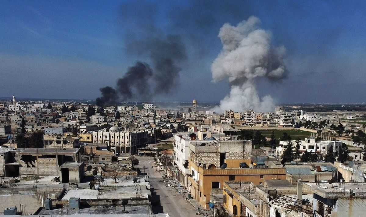 Des panaches de fumée sur la ville de Saraqib également dans la province d'Idlib, après un raid aérien de l'armée de Bachar al-Assad.