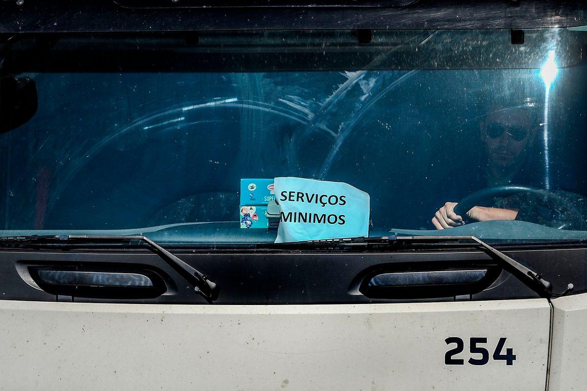 Pour assurer le ravitaillement des stations-service, le gouvernement portugais a décrété un service minimum aux conducteurs de camion-citerne.