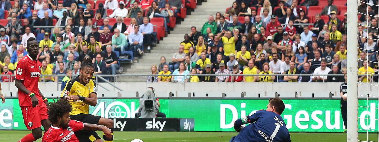 Der Pechvogel des Spieltags: Felipe (Hannover, l.) verursachte zwei Elfmeter und schoss ein Eigentor.
