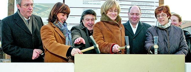 Grundsteinlegung gemeinsam vollzogen: Landrätin Daniela Schlegel-Friedrich sowie die Ministerinnen Mady Delvaux-Stehres und Annegret Kramp-Karrenbauer (v.l.n.r.).