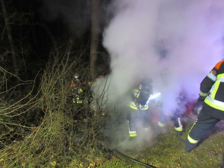 Der Wagen war von der Fahrbahn abgekommen und hatte Feuer gefangen.