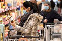 06.04.2020, Österreich, Wien: Kunden tragen Schutzmasken bei ihrem Einkauf in einem Supermarkt. Das Tragen vonMundschutz ist seit dem 06.04.2020 in Supermärkten ab einer Verkaufsfläche von 400 Quadratmetern verpflichtend. Foto: Roland Schlager/APA/dpa +++ dpa-Bildfunk +++