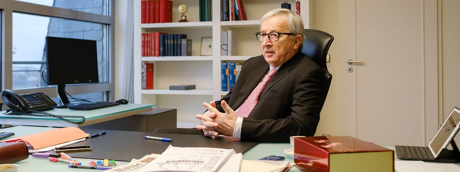 """Jean-Claude Juncker in seinem Büro in Luxemburg: """"Ich leide sehr unter der Tatsache, dass ich Menschen nicht mehr begegnen kann wie früher, weil ich Menschen gerne anfasse – nicht alle, aber viele."""""""