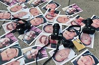 TOPSHOT - Cameras and pictures of journalists recently murdered in different Mexican states are placed at Independence Angel square during a protest by journalists in Mexico City on May 16, 2017.  Mexico ranks third in the world for the number of journalists killed, after Syria and Afghanistan, according to media rights group Reporters Without Borders (RSF). / AFP PHOTO / YURI CORTEZ