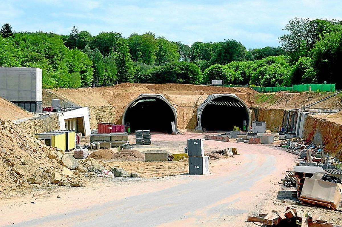 """Blick auf das Nordportal des Tunnels """"Stafelter"""": Die Betonierungsarbeiten werden in Kürze abgeschlossen sein."""
