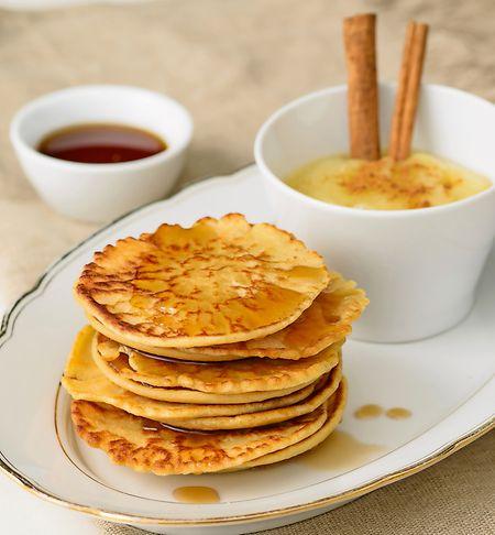 Pflanzendrinks machen sich im Frühstück gut: Der Teig von Dinkelpancakes mit Apfelkompott etwa lässt sich mit Haferdrink herstellen.