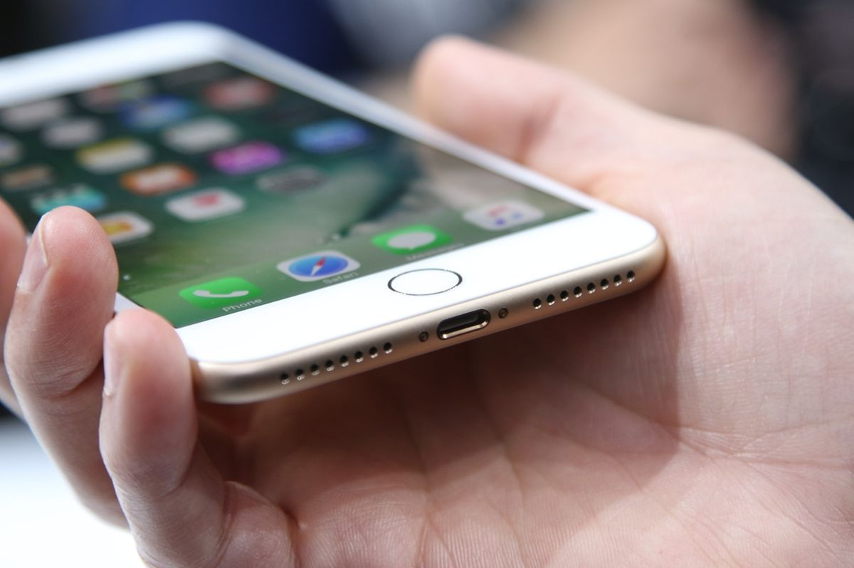 Die neuen iPhones haben erstmals einen festen Home-Taster. Unter der berührungsempfindlichen Fläche täuscht ein Vibrationsmotor Bewegung vor.