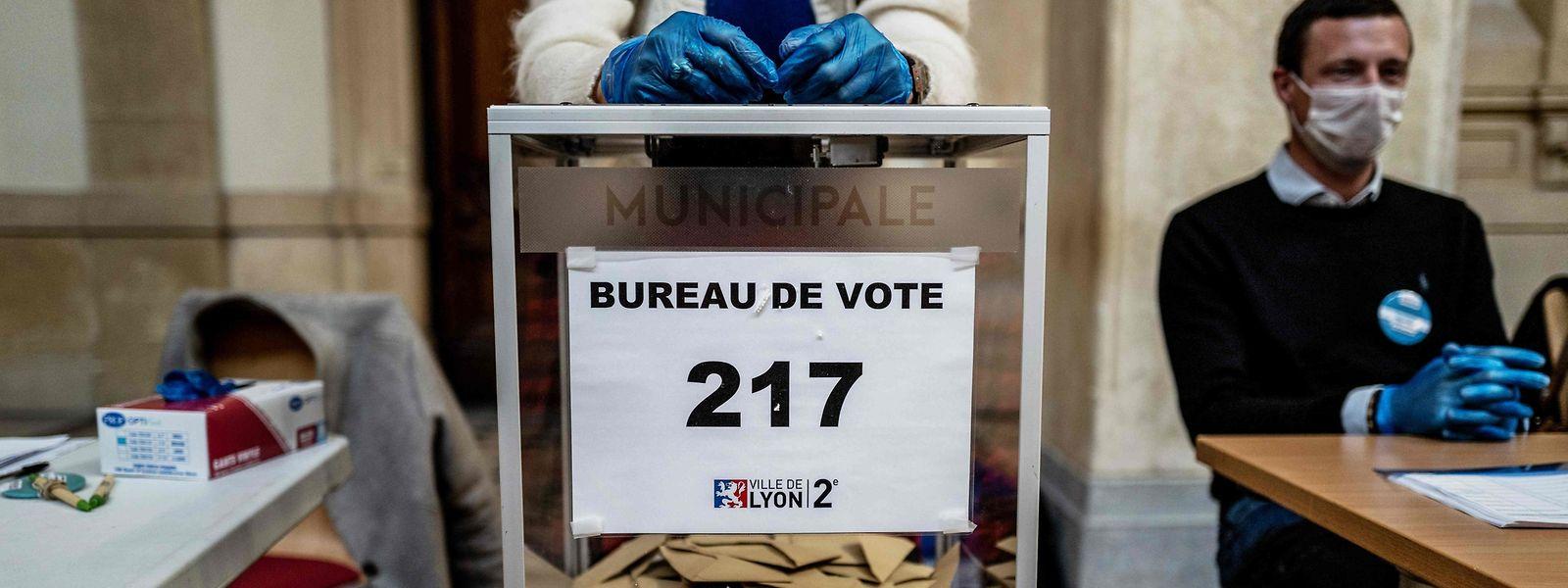 Wahlhelfer mit Handschuhen und Mundschutz: Die Kommunalwahlen 2020 finden unter Ausnahmebedingungen statt.