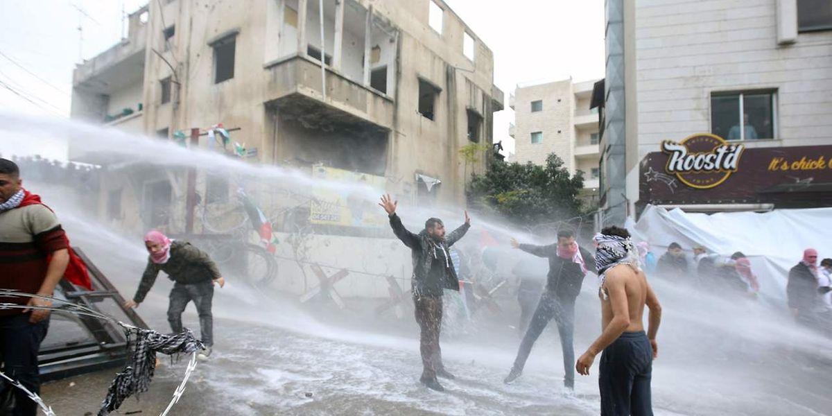 As autoridades libanesas também usoou jatos de água para dispersar os manifestantes
