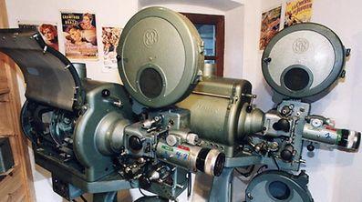 Das neue Kino wird wohl über mordernere Projektoren verfügen, als diese beiden Museumsstücke.
