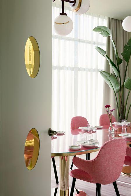 DerDesigner Jaime Hayon hat jüngst das Hotel Torre Barceló in Madrid eingerichtet, unter anderem mit einer rosa Version seines Stuhl Catch für das dänische Label &tradition.