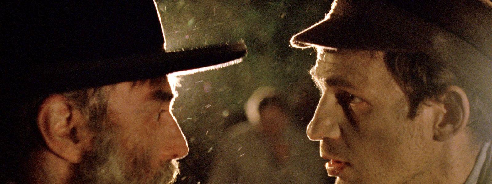 Sonderkommando-Mitglied Saul (Géza Röhrig, r.) versucht, einen Rabbi zu finden, der seinen toten Sohn beerdigt.