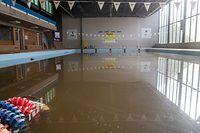 Getrockneter Schlamm  bedeckt die Fliesen, braunes Wasser steht im Becken, doch die wirklichen Schäden sind an der Technik entstanden.