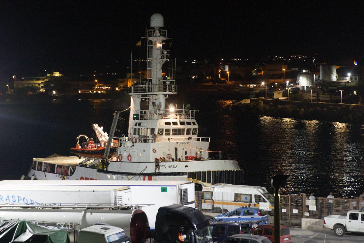 Nach knapp dreiwöchiger Blockade auf dem Mittelmeer hat das Rettungsschiff «Open Arms» nun doch in Italien anlegen dürfen.