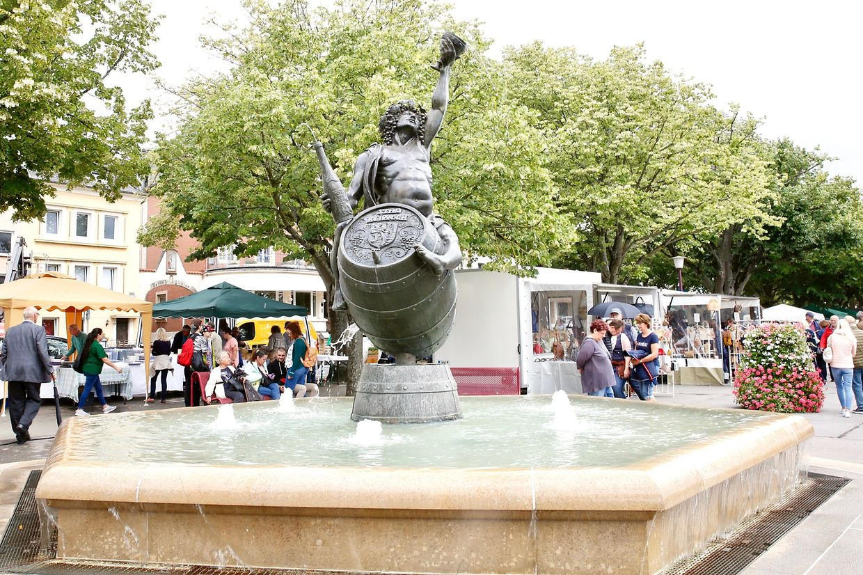 Die Stände des Flohmarktes waren um den Bacchusbrunnen aufgestellt.