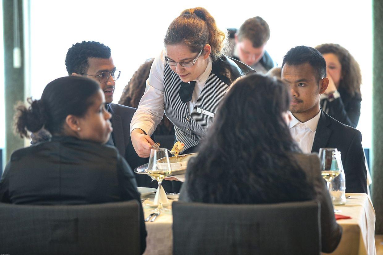 Redonner sa noblesse au métier de serveur-se en rappelant sa valeur: conseiller le client, l'informer sur les plats, les produits, les vins.Ici, les étudiants en plein service à l'EHTL de Diekirch.