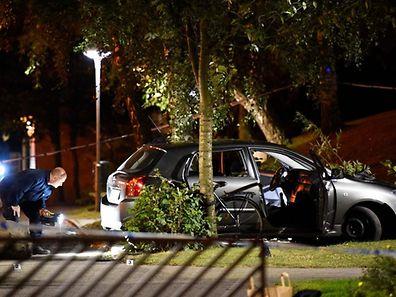 La police technique examine la voiture dans laquelle se trouvaient les quatre personnes blessées.