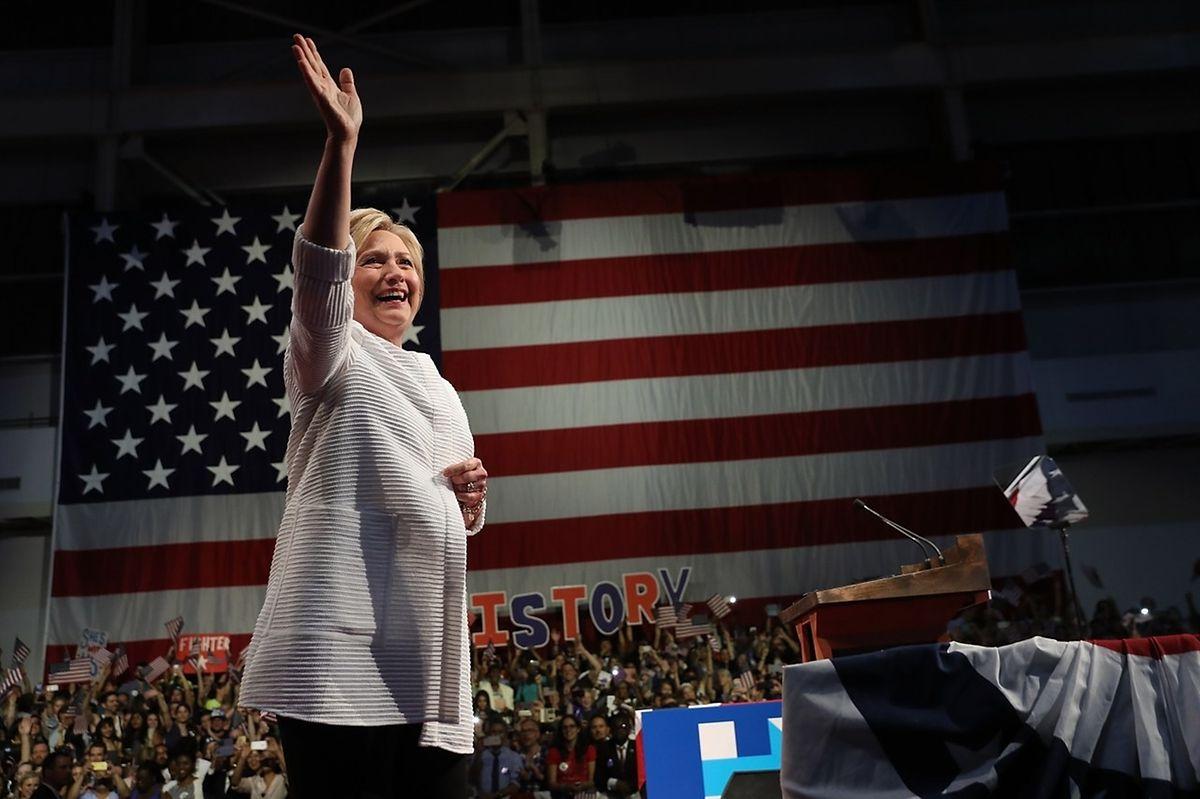 Emue, Hillary Clinton l'était visiblement, posant sa main sur le coeur devant la longue ovation que lui ont réservée ses supporters, à l'issue d'une laborieuse campagne de près de quatorze mois.