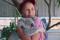HANDOUT - 29.09.2020, Australien, Magnetic Island: Die 13-jährige Izzy Bee hält einen ihrer geliebten Koalas im Arm. Sie ist eine Koala-Flüsterin und verbringt den Großteil des Tages mit den putzigen Beuteltieren, die in der Tierklinik ihrer Eltern aufgepäppelt werden. Das macht sie so gut und mit solchem Charme, dass Netflix dem Mädchen aus Magnetic Island vor der Ostküste Australiens eine eigene Serie gewidmet hat. Auch in Deutschland ist die erste Staffel von «Izzy und die Koalas» am Start. (zu dpa Koala-Kuscheln mit Izzy - 13-jährige Tierschützerin wird Netflix-Star) Foto: -/Netflix/dpa - ACHTUNG: Nur zur redaktionellen Verwendung im Zusammenhang mit einer Berichterstattung über die Netflix-Serie über Koala-Flüsterin Izzy Bee und nur mit vollständiger Nennung des vorstehenden Credits +++ dpa-Bildfunk +++