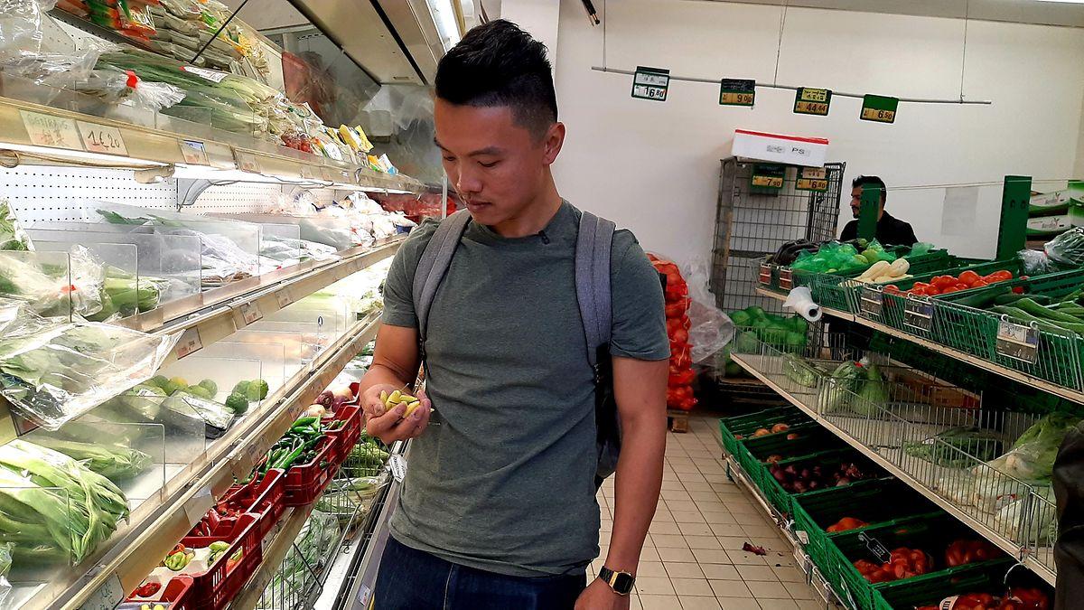 Chong descobre umas malaguetas raras e entusiasma-se com o achado.
