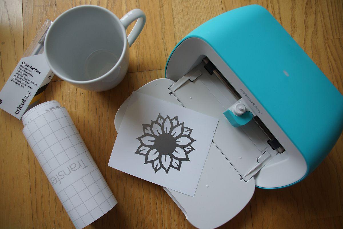 Schon der Testschnitt auf dem mitgelieferten Stück Smart-Vinyl ergab ein brauchbares Muster zur Tassen-Deko.