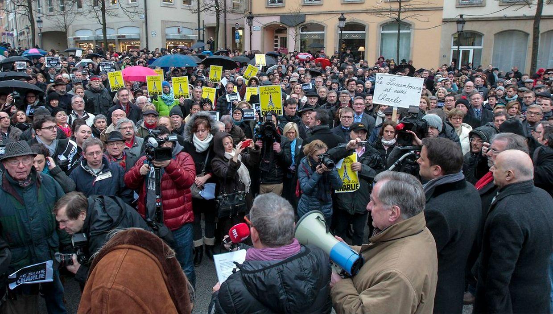 Mehrere Hundert Menschen kamen am Donnerstag auf die Place Claire Fontaine in Luxemburg-Stadt, um der Opfer des Attentats auf die Redaktion von Charlie Hebdo zu gedenken.