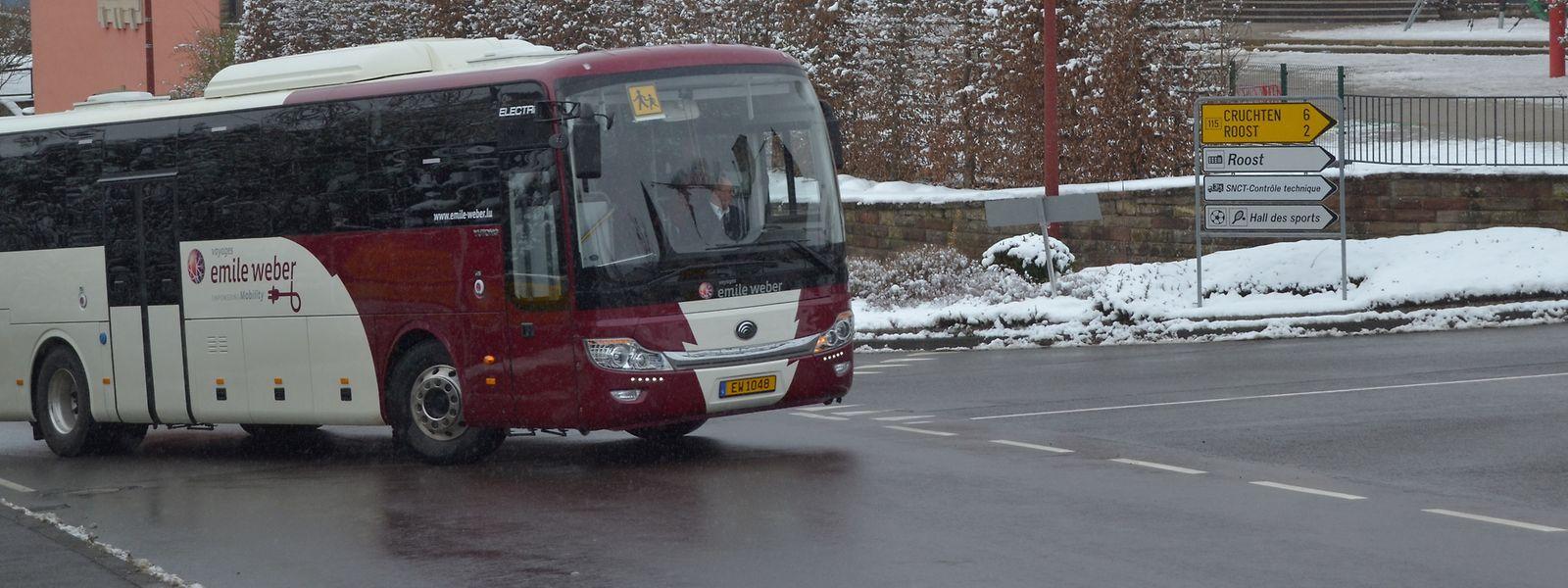 Der neue Elektrobus für den Schülertransport vor der Schule in Bissen.
