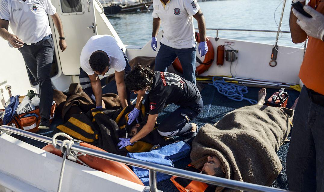 Wer es ins Boot schafft, ist noch längst nicht angekommen. Die türkische Küstenwache birgt regelmäßig Flüchtlinge, die bei der Überfahrt in Not geraten. Nicht alle überleben, viele werden mit Verletzungen geborgen oder leiden an Unterkühlung.