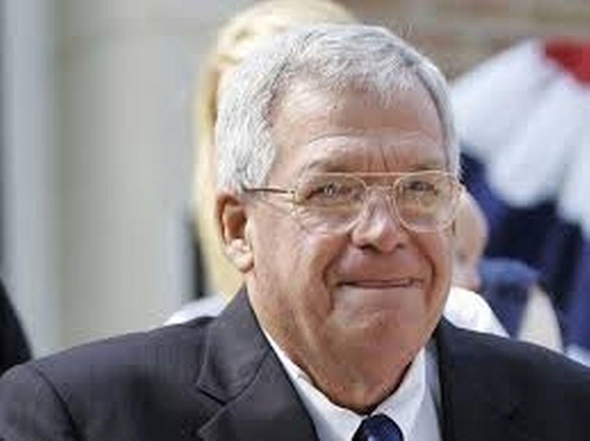 Der US-Politiker Dennis Hastert hat zugegeben, dass er einen ehemaligen Schüler sexuell belästigt und versucht hat, diesen mit hohen Geldzahlungen zum Schweigen zu bringen.