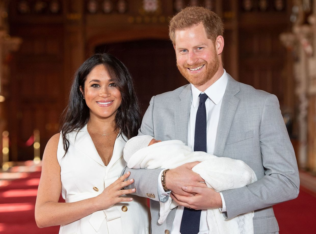 TOPSHOT - Britain's Prince Harry, Duke of Sussex (R), and his wife Meghan, Duchess of Sussex, pose for a photo with their newborn baby son in St George's Hall at Windsor Castle in Windsor, west of London on May 8, 2019. (Photo by Dominic Lipinski / POOL / AFP)
