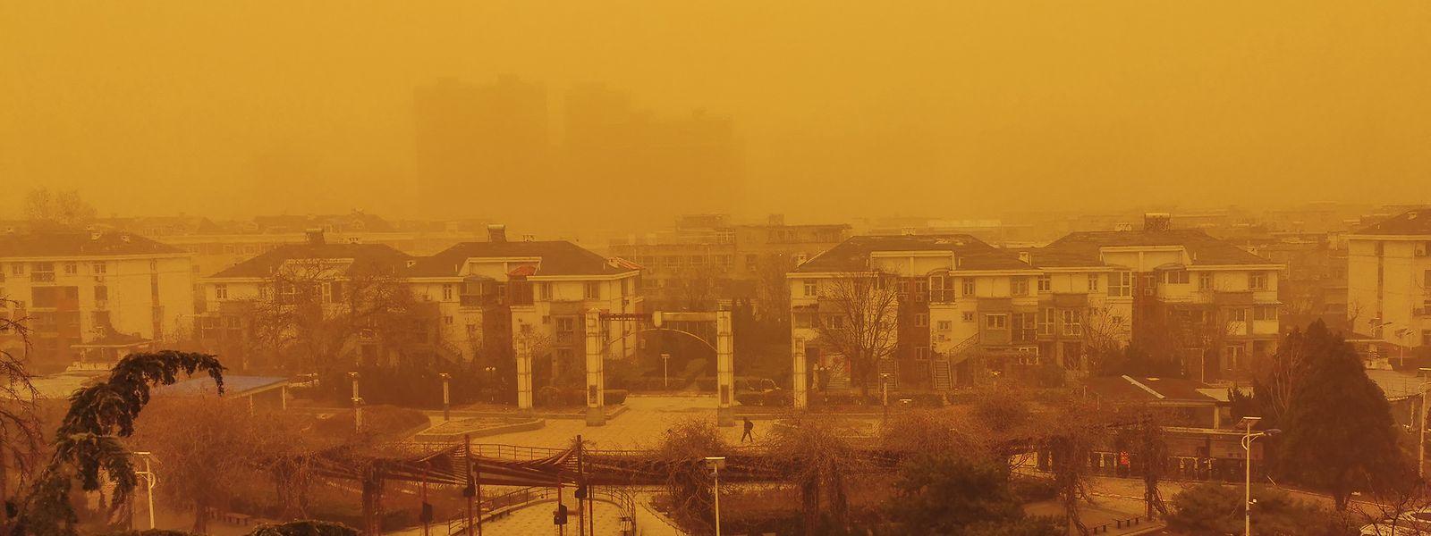 Ein starker Sandsturm hüllt die chinesische Hauptstadt in ein orangenes Licht.