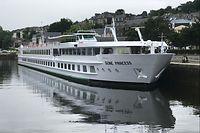 """Das 2010 renovierte Hotelschiff """"MS Seine Princess"""" von CroisiEurope am Anlagequai von Honfleur."""