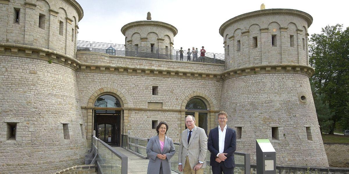 Großherzog Jean umgeben von Kulturministerin Octavie Modert und dem delegierten Konservator des Festungsmuseums, François Reinert.