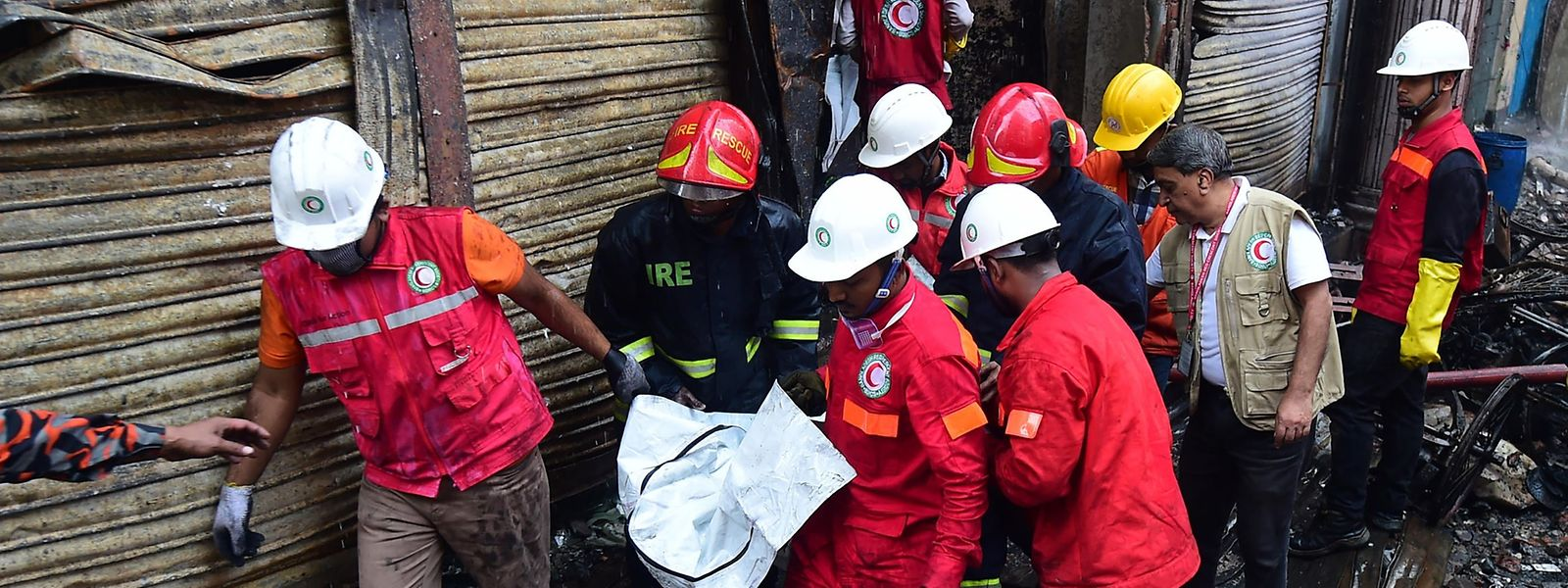 O incêndio, que deflagrou durante a noite num edifício que servia também de depósito de produtos químicos, propagou-se esta manhã a várias casas.