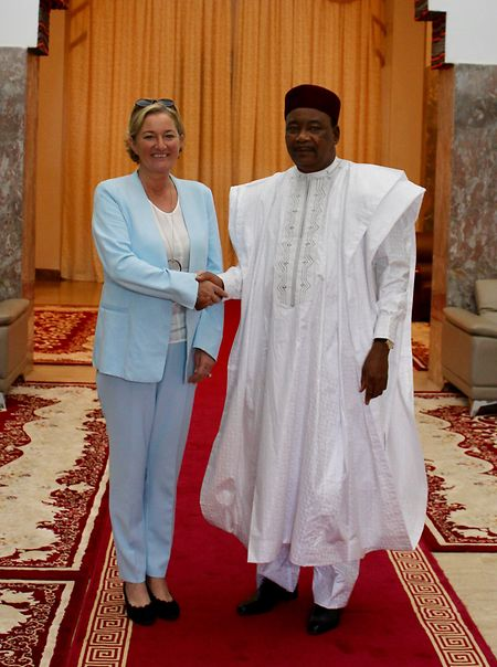 Humanitarian affairs minister Paulette Lenert (l.) meeting with Mahamadou Issoufou, president of Niger