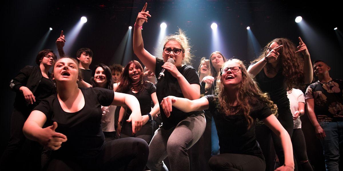 Finale grandioso: Zwanzig Teenager rappen und tanzen auf der Bühne der Rockhal.