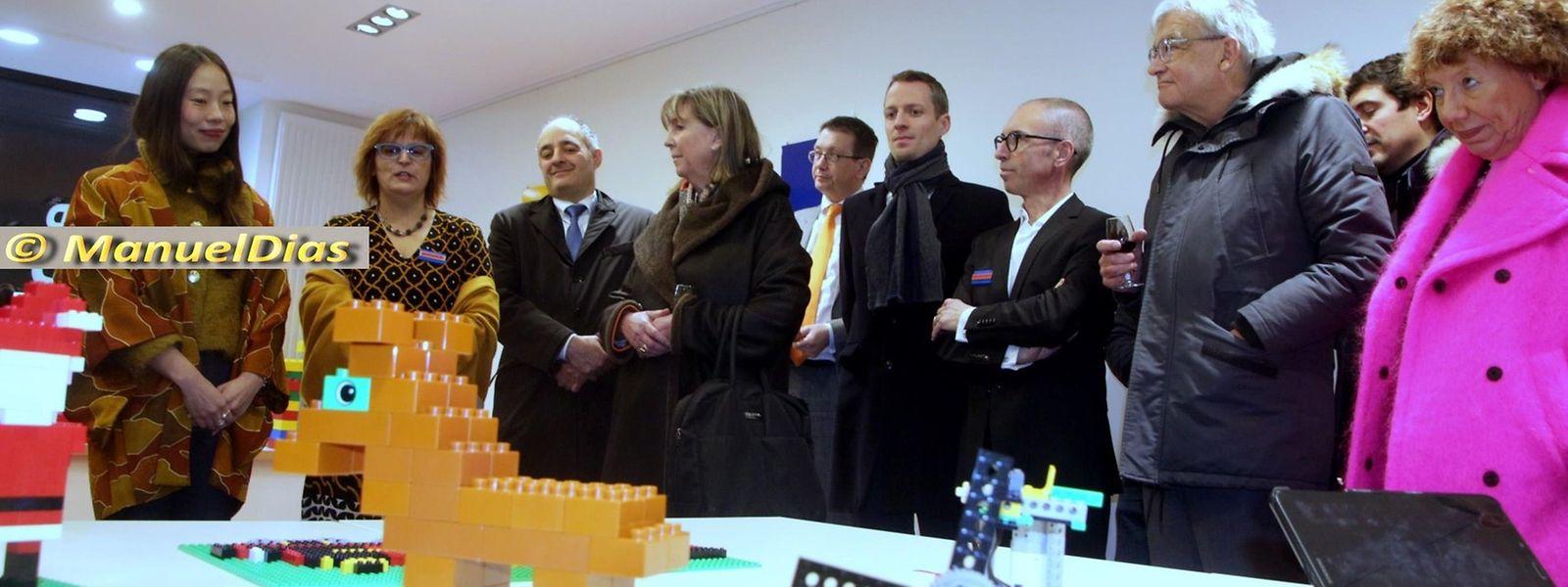 Lydie Polfer, bourgmestre de Luxembourg (4e à partir de la g.) et le premier échevin Serge Wilmes (écharpe autour du cou) lors de l'inauguration du magasin «Bricks4Kidz» lundi soir