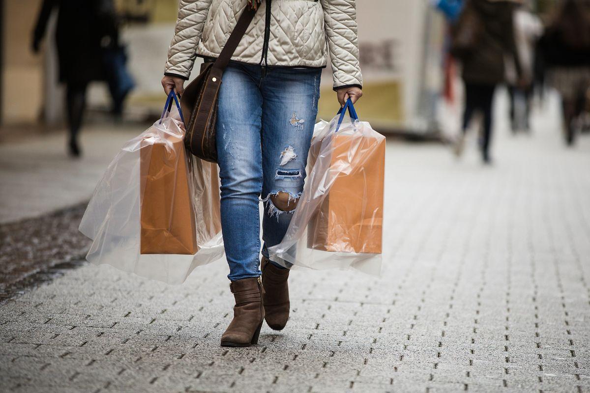 Vermutlich nicht im Sinne der neuen Gesetzgebung: Mit Plastikfolien vor Regen geschützte Tragetüten aus Papier.