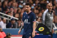 TOPSHOT - Paris Saint-Germain's Argentinian forward Lionel Messi reacts as he leaves the pitch during the French L1 football match between Paris-Saint Germain (PSG) and Olympique Lyonnais at The Parc des Princes Stadium in Paris on September 19, 2021. (Photo by FRANCK FIFE / AFP)