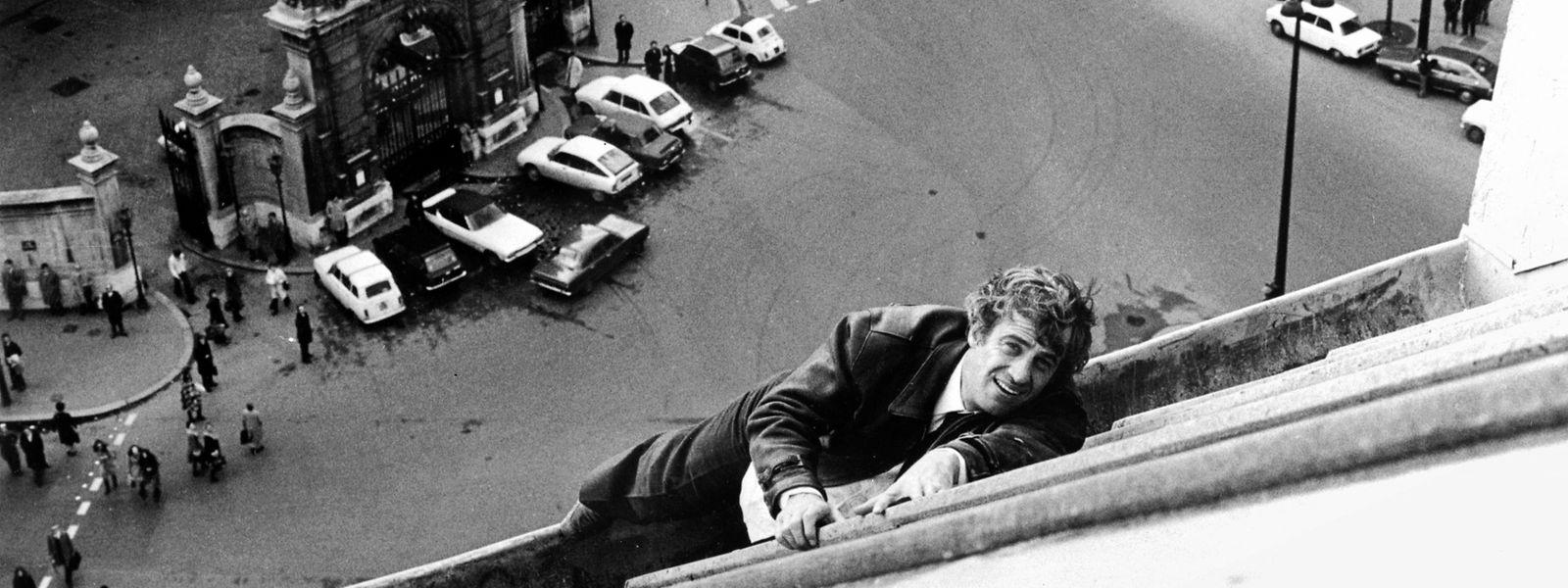 """Dieses am 8. April 1975 in Paris aufgenommene Foto zeigt den französischen Schauspieler Jean-Paul Belmondo auf einem Pariser Dach während der Dreharbeiten zu """"Peur sur la ville"""" unter der Regie von Henri Verneuil."""