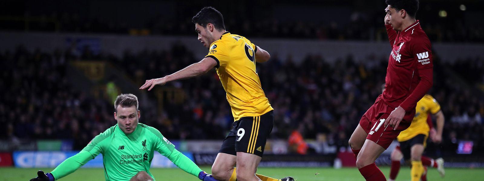 Raul Jimenez (M.) von Wolverhampton Wanderers in Aktion gegen den Liverpooler Torhüter Simon Mignolet.