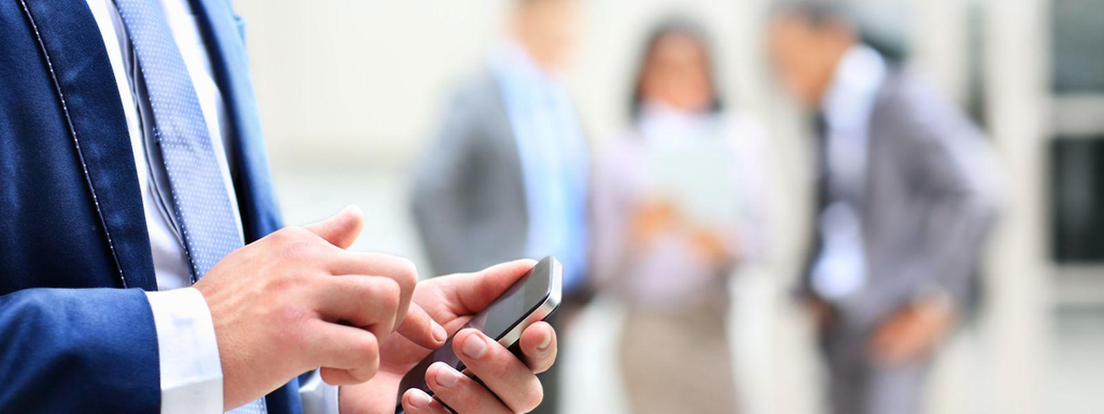 Wenn man die Finger nicht vom Smartphone lassen kann, leidet irgendwann auch die Arbeit.