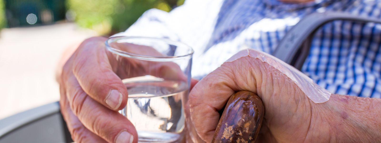 Mindestens anderthalb Liter Wasser am Tag sind bei hohen Temperaturen Pflicht.