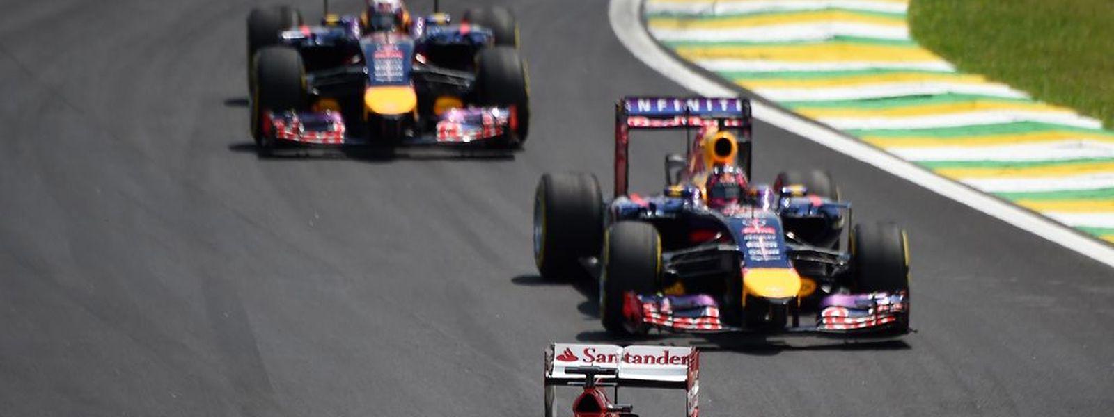 Fernando Alonso (vorne) wird sein Cockpit aller Voraussicht nach für Sebastian Vettel (Mitte) räumen müssen, hat Medienberichten zufolge schon bei McLaren unterschrieben.
