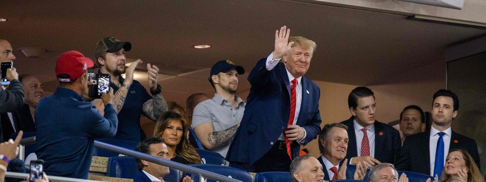Nicht alles eitel Sonnenschein: Donald Trump (M.) wurde im Baseball-Stadion hörbar ausgebuht.