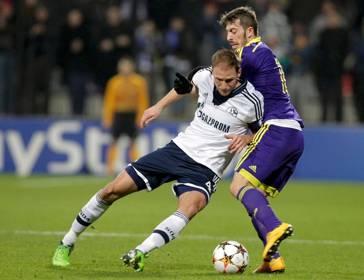 NK Maribor - Schalke 04: Benedikt Höwedes (en blanc) se frotte à Agim Ibraimi