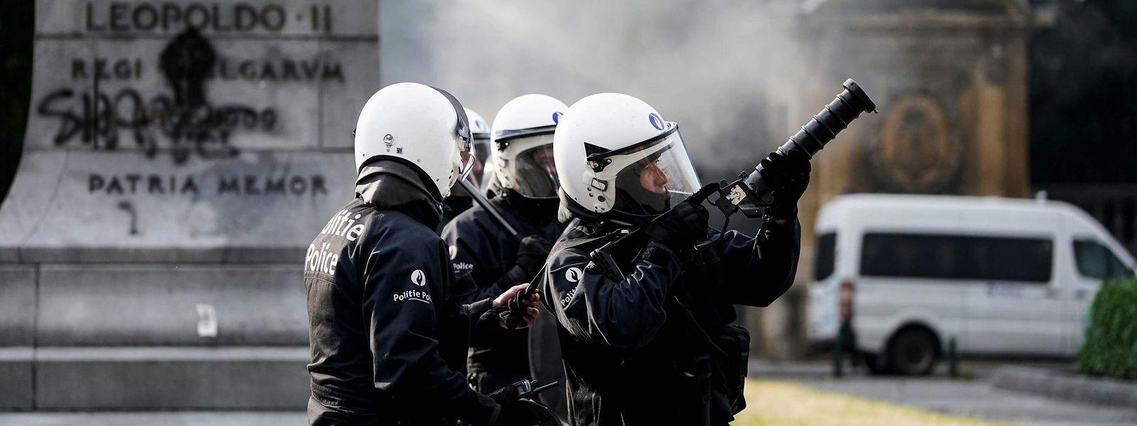 A Bruxelles, la police anti-émeutes tente de repousser des manifestants s'avançant vers une statue de Léopold II.