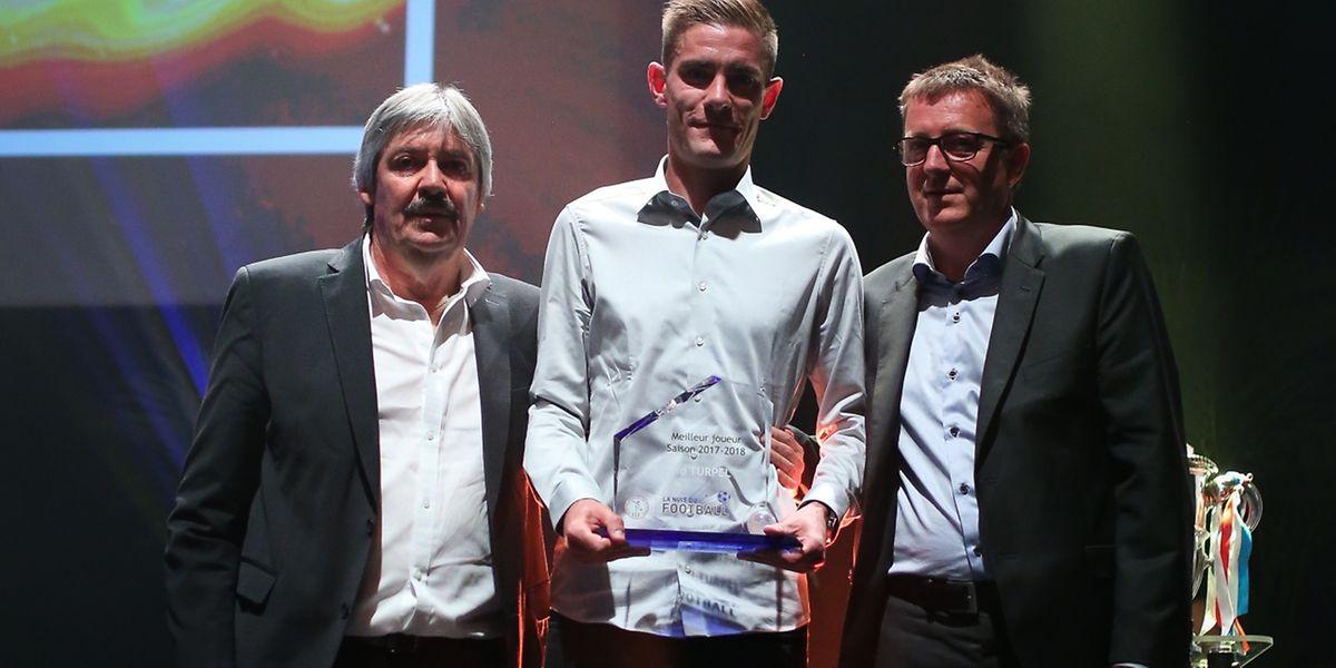 Dave Turpel entouré de Paul Philipp et Robert Hever au moment de recevoir son trophée.