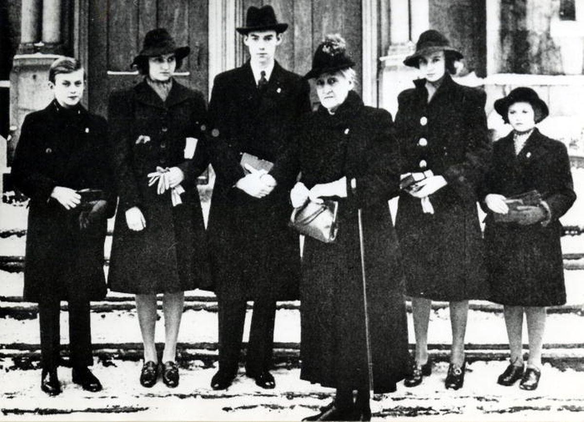 O príncipe Jean (terceiro a contar da esquera) com os irmãos e a avó, Maria Ana de Bragança, filha do rei português D. Miguel, durante o exílio no Candá.