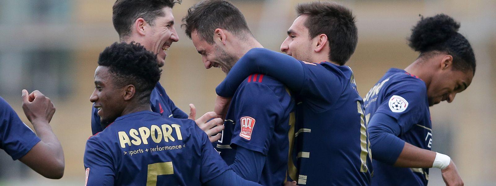 Cedric Sacras umarmt Fola-Stürmer Stefano Bensi nach dem Führungstor.